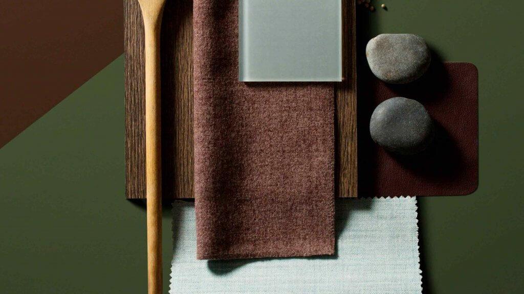 Paleta de colores, texturas y materiales que se pueden utilizar en el diseño de una oficina.