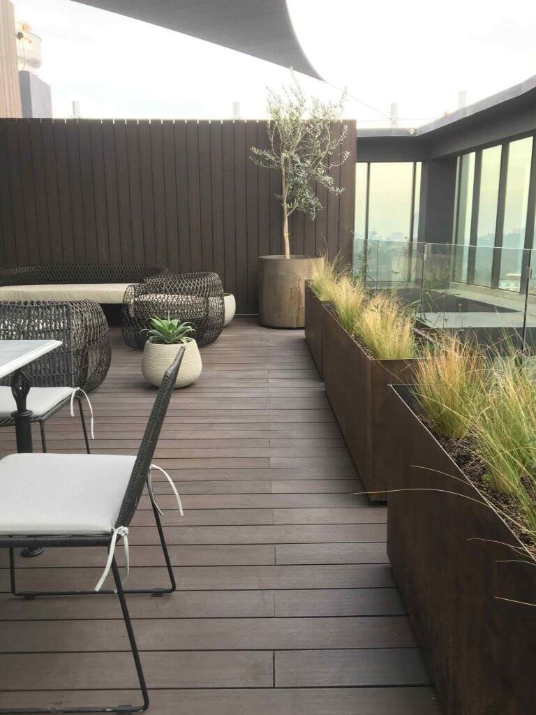 Jardineras diseñadas para proyecto de terraza en azotea con stipas, verbenas y Olivos TalloTaller