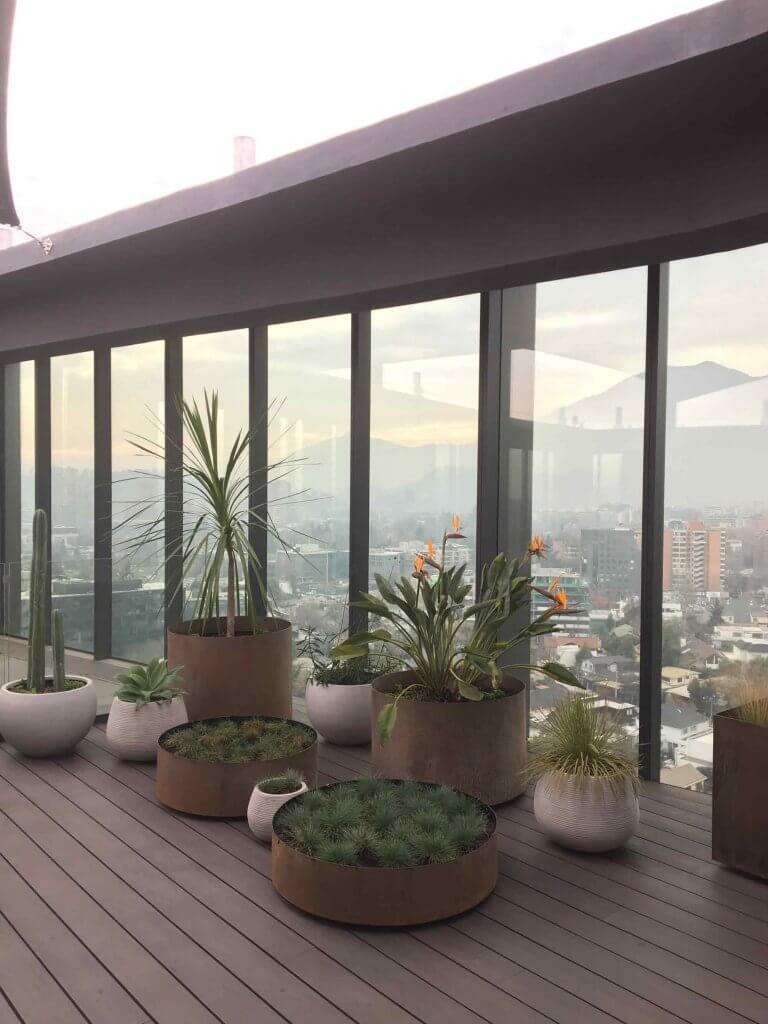 Rincon de maceteros de acero hechos partir de un diseño de terrazas para azoteas TalloTaller