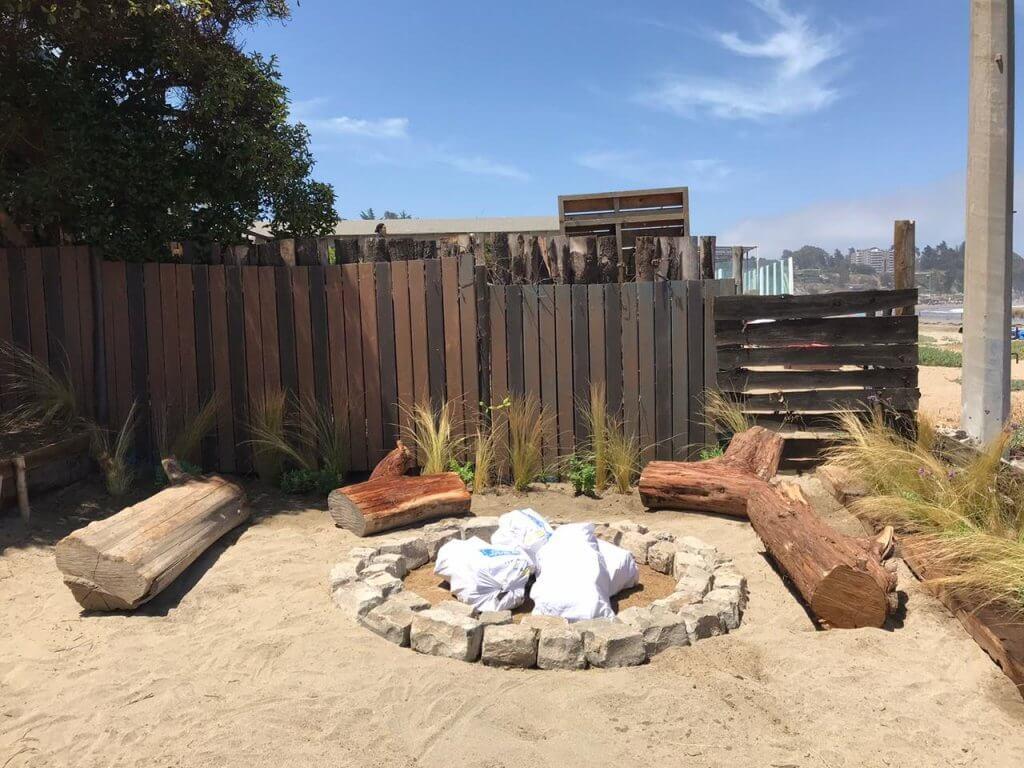 Diseño de terraza zona jardín playero. Se utilizan Stipa caudata, siguiendo la paleta de especies que se dan de forma natural en la playa.